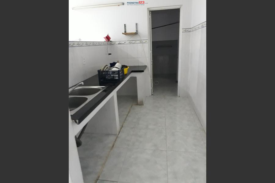 Phòng sạch sẽ, thoáng mát, có kệ bếp, cửa sổ, dt 25m2 giá 2,9tr/tháng đường Tân Sơn