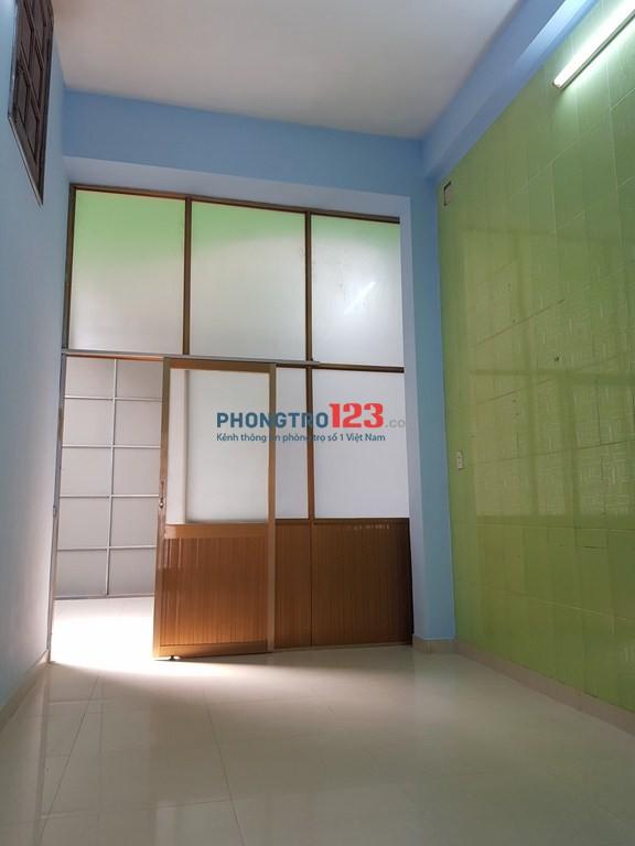 Cho thuê tầng trệt 60m2, 3P, 1WC, sân sau. Giá 5tr4