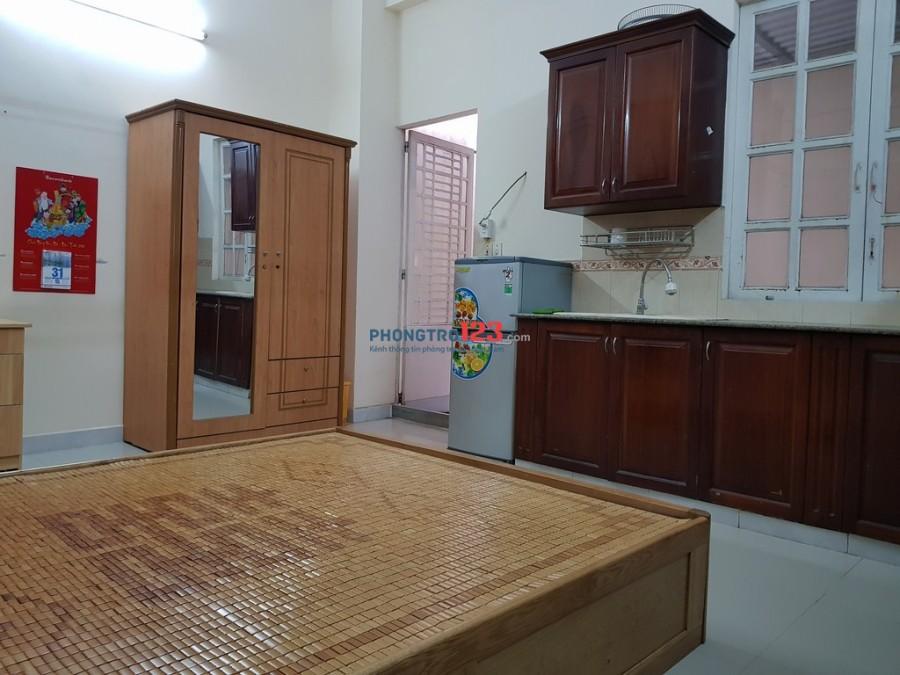 Phòng full nội thất, ngay tầng trệt, hơn 30m2, có bếp, WC riêng, giờ tự do. Giá 4tr2