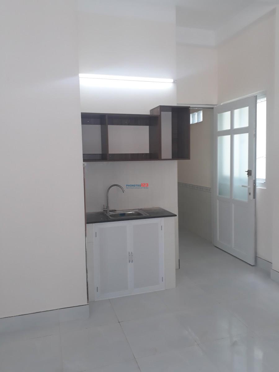 Cho thuê phòng trọ, có kệ bếp, máy lạnh 25m2, giá 4,2tr/tháng đường Nguyễn Hồng Đào
