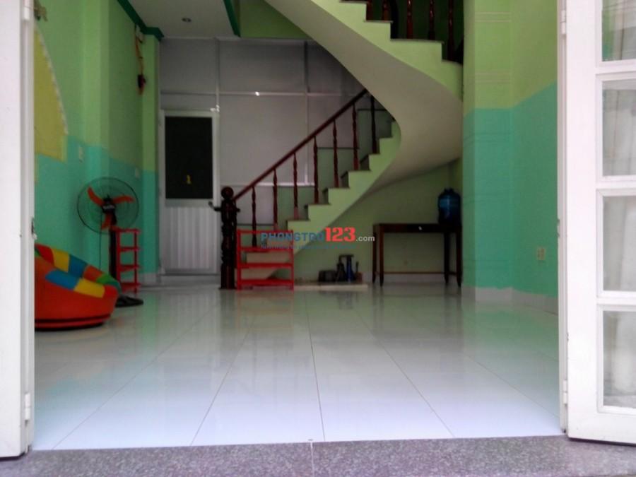 Phòng gần chợ Nguyễn Xí, cao cấp, đủ tiện nghi, giờ tự do. Giá 3tr6