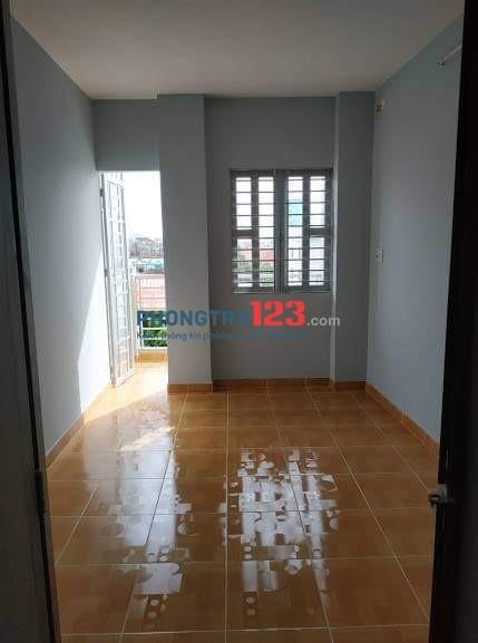 Phòng cho thuê có ban công đường Lạc Long Quân cách chợ Tân Bình 300m, giá chỉ 3tr5