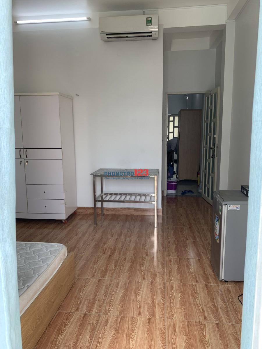 Phòng full nội thất nằm ngay vị trí đắc địa Q3 trên đường cmt8 . Phòng có ban công .