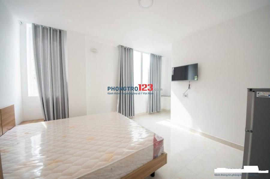 Phòng 20m2, ban công, tiện nghi đầy đủ, đường D2, Binhg thạnh, giá 4.5tr/tháng.