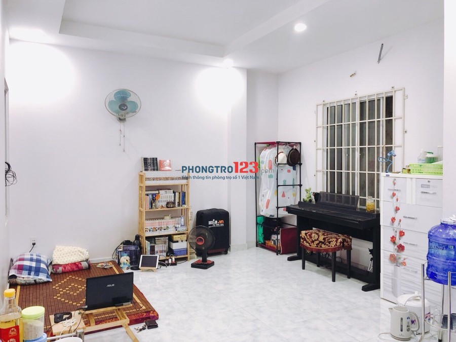 Phòng sạch sẽ, thoáng mát có máy lạnh, tủ lạnh, diện tích 25m2 giá 3,2tr/tháng mặt tiền đường Tân Sơn