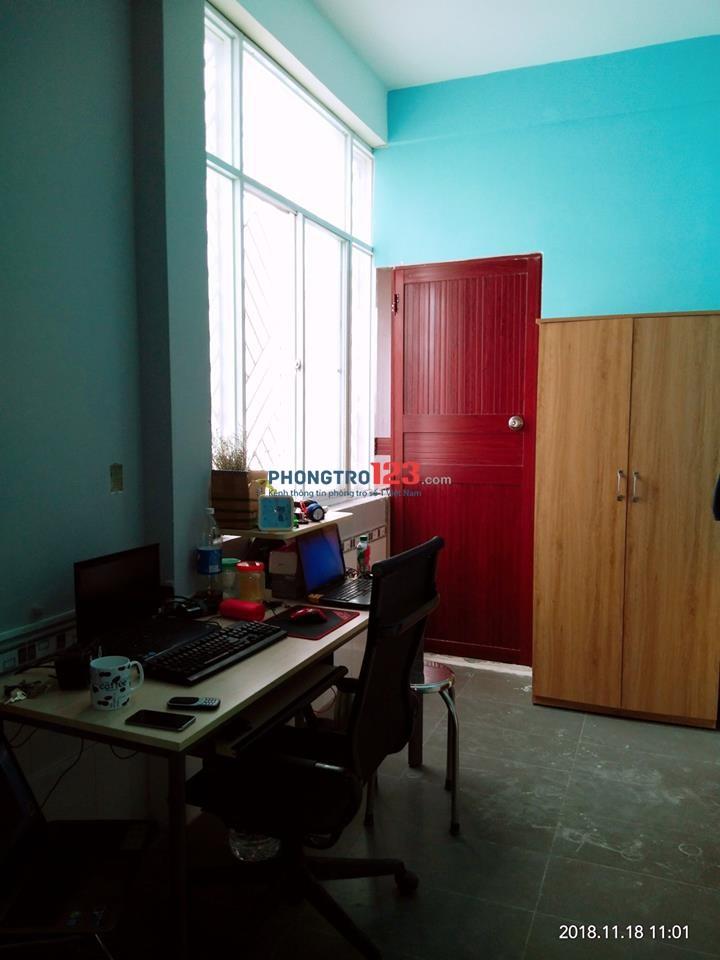 Phòng nội thất có bếp, có cửa sổ, vị trí trung tâm bình thạnh giá 4 triệu/tháng