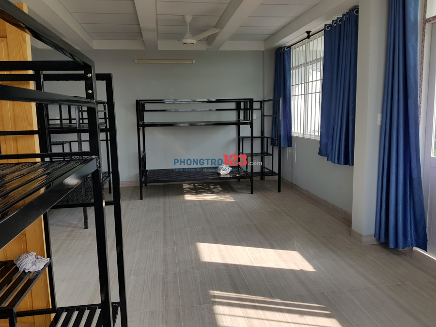 Phòng đẹp, rộng 60m2, có ban công rất thoáng mát, khu cao cấp, an ninh, thích hợp ở theo nhóm, gia đình