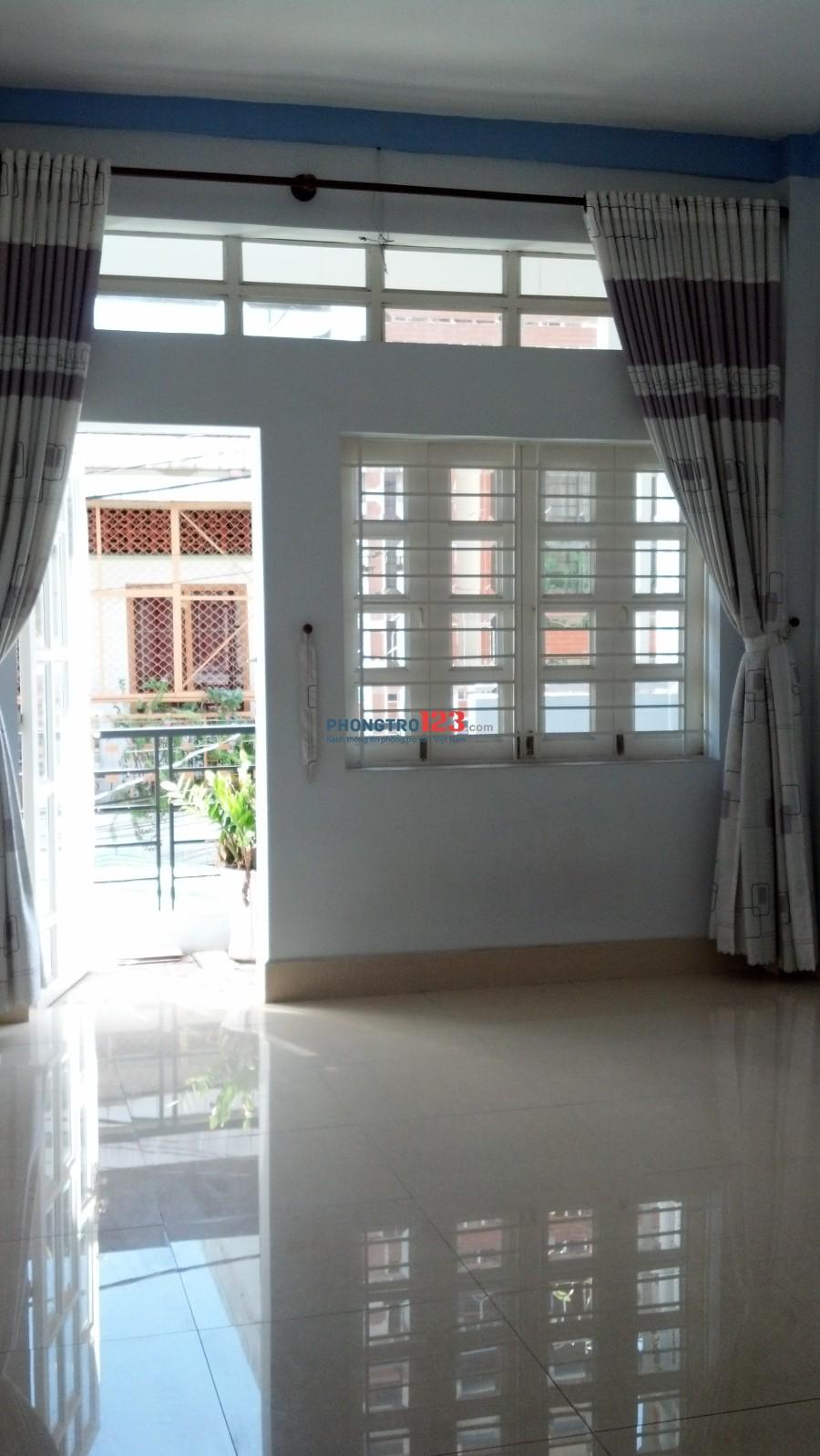 Cho thuê phòng sạch sẽ có ban công ngay mặt tiền đường Linh Trung