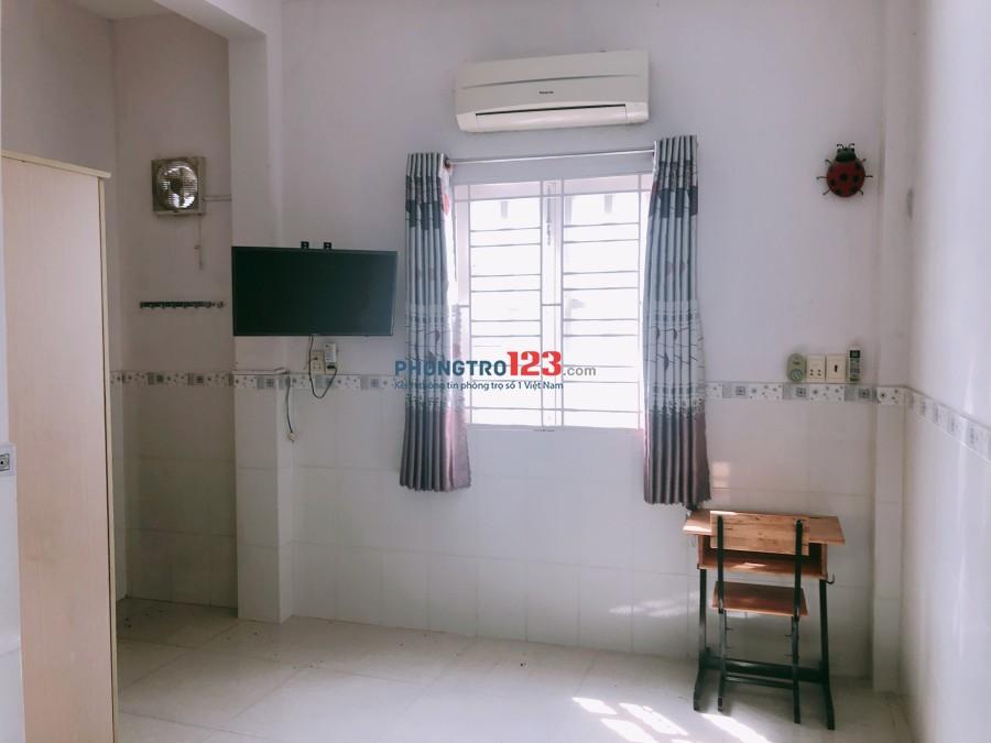 Cho thuê nhà 2 lầu 1 sẹc đường Đoàn Văn Bơ, P.16, Q.4, giá 10tr/tháng. LH: Mr Trí 0937657565