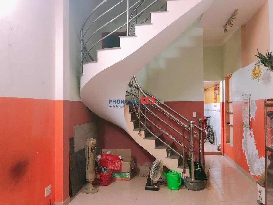 Cho thuê nhà 2 lầu 4pn tại Dương Bá Trạc, P.1, Q.8, giá 12tr/tháng. LH: Mr Vũ 0913835252