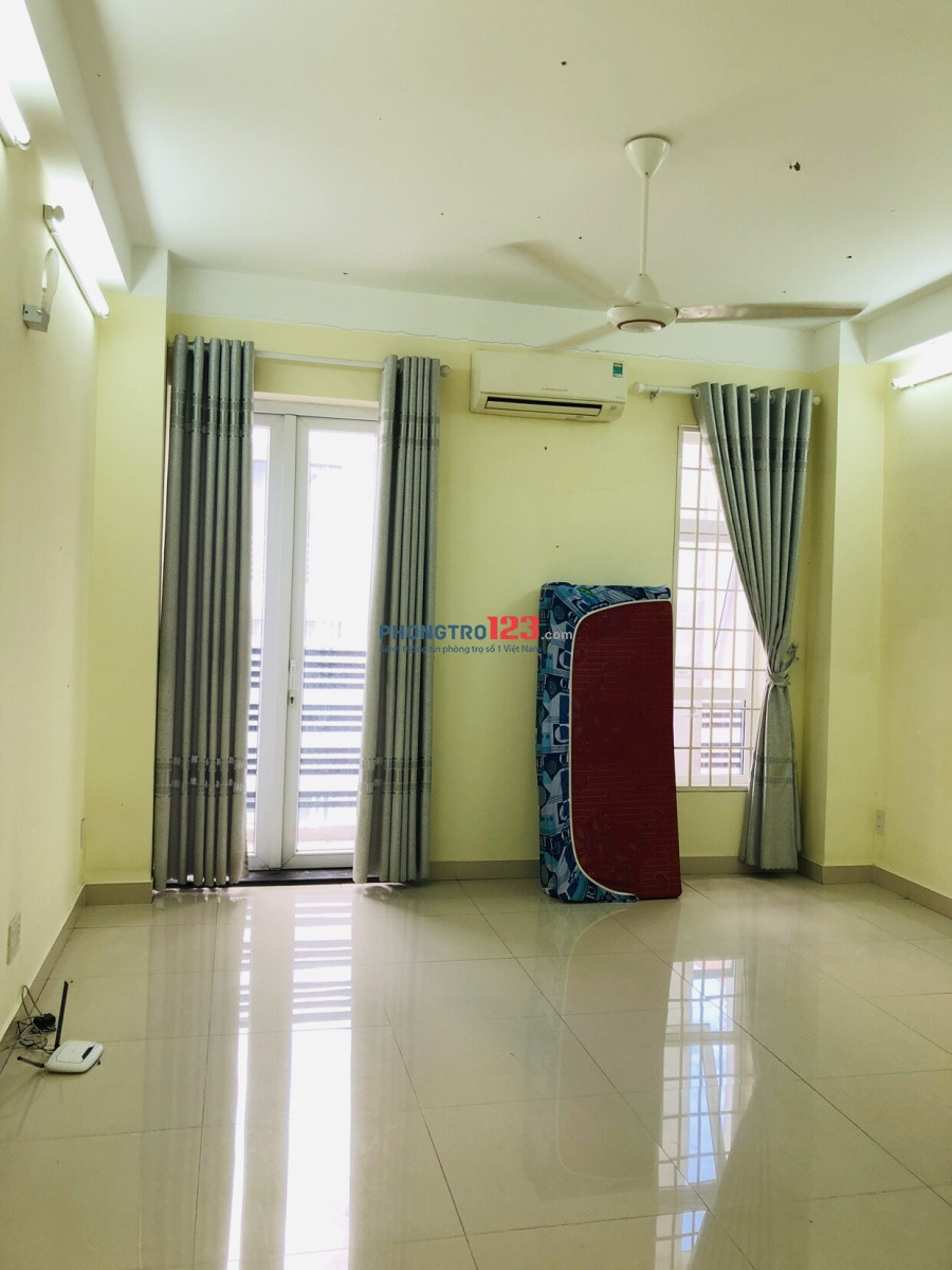 Chính chủ cho thuê phòng đẹp, ban công thoáng mát, có máy lạnh, Hoàng Văn Thụ, 30m2, giá 4.5tr/thg