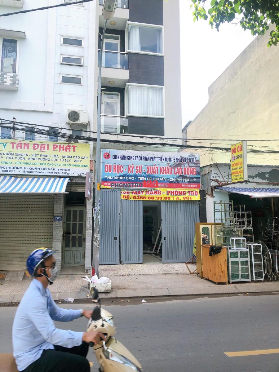 Mặt tiền kinh doanh tấp nập đường đồ cũ Tân Sơn