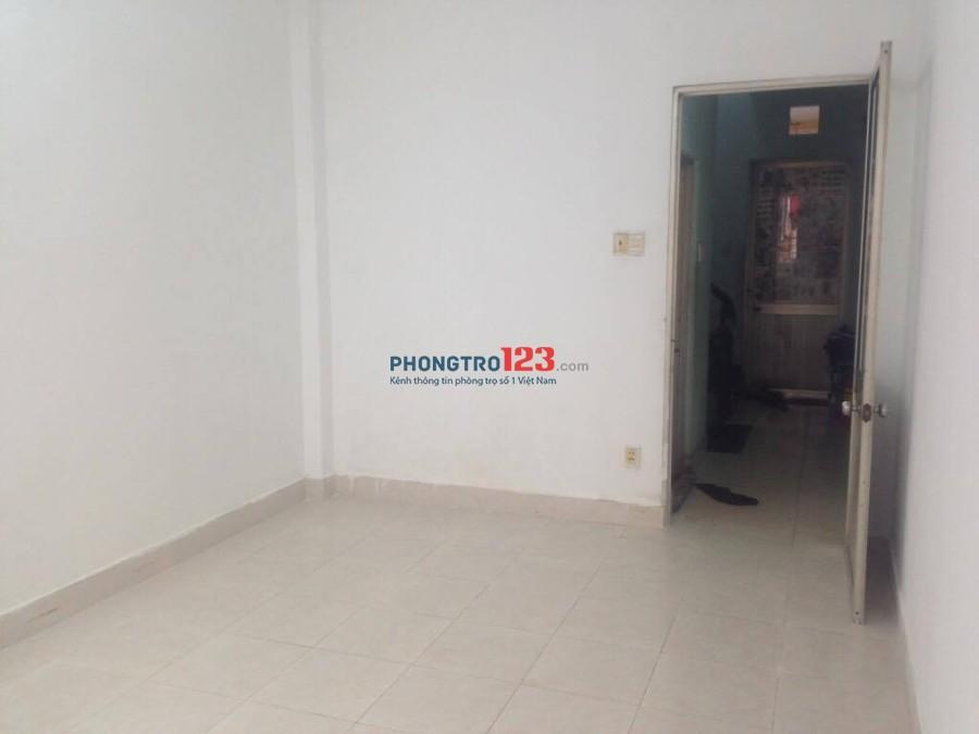 Cho thuê 1 phòng 15m2 (trong căn nhà phố) có cửa sổ rộng, WC chung sạch sẽ tại Đoàn Văn Bơ, Q.4. Giá 2tr5/tháng