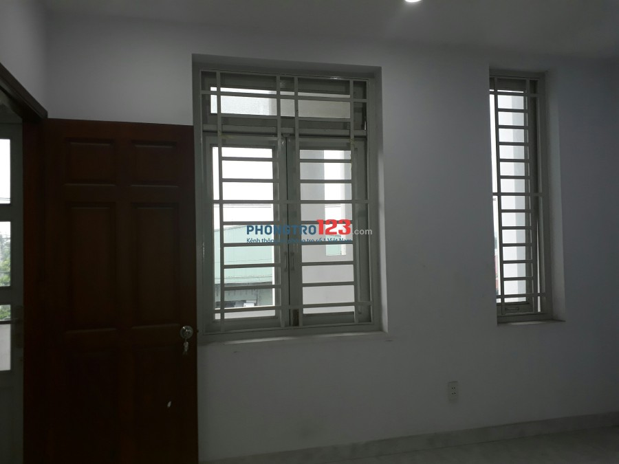 Phòng sạch sẽ, ban công, cửa sổ, dt 22m2 giá 2,7tr/tháng mặt tiền đường Tân Sơn