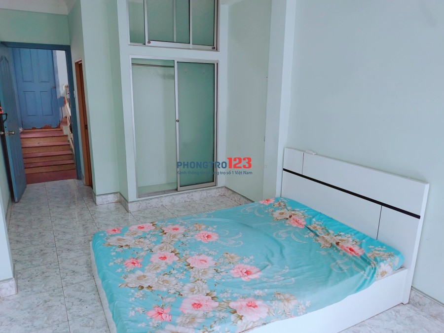 Phòng ngay ngã tư Lê Quang Định giao Nơ Trang Long, có ban công, cửa sổ thoáng mát