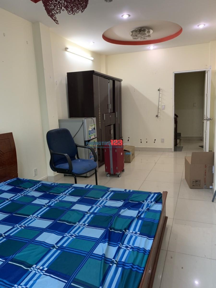 Phòng trọ khép kín đầy đủ trang thiết bị (Giường, tủ, máy lạnh, ban công, máy giặt...)