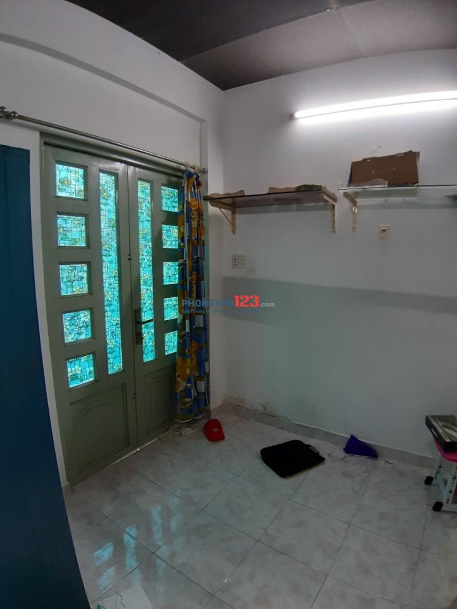 Phòng lầu 2. WC giữa 2 phòng giá 2,5 triệu
