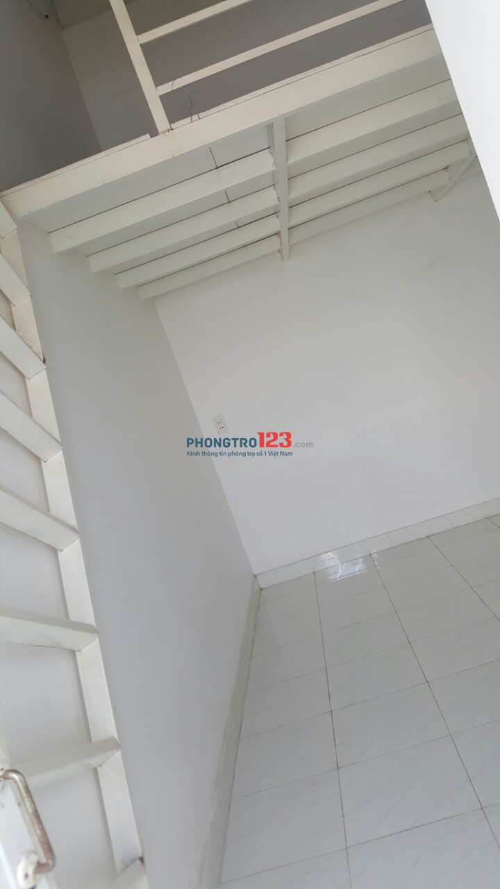 Cho thuê phòng trọ mặt tiền Hương Lộ 11 Hưng Long, Bình Chánh, 20m2, có gác, 900nghìn - 1,3 tr/th