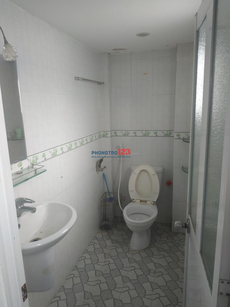 Phòng trọ rộng 35m2, có wc riêng, máy lạnh, giường, nước máy nóng lạnh..