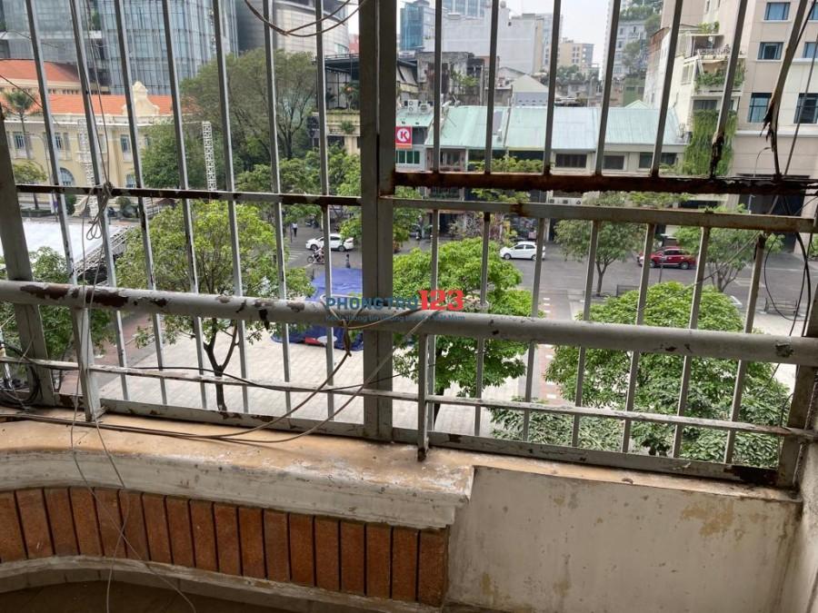 Nhà có sân sau và ban công nhìn ra đường Nguyễn Huệ