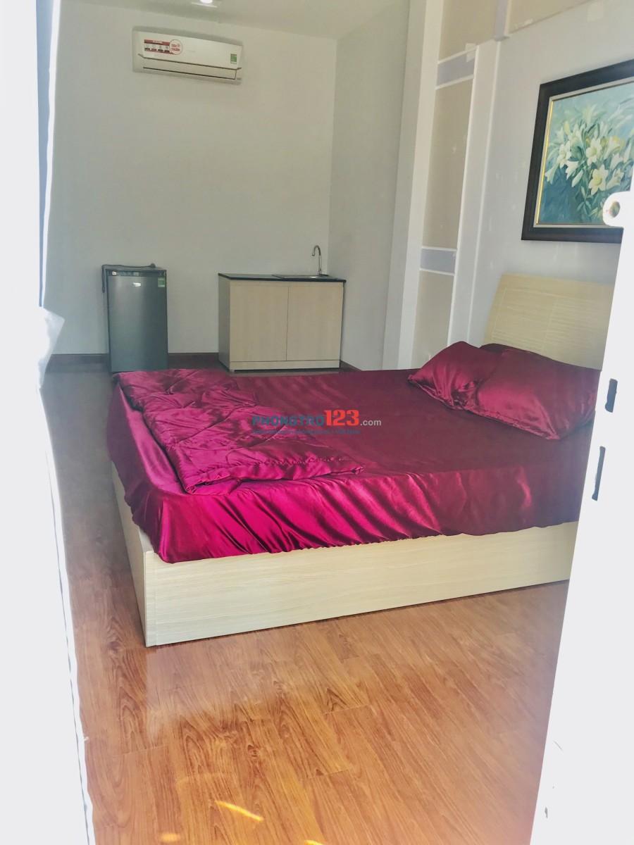 Phòng 35m có ban công 6,7tr sàn gỗ đẹp tại 122 Đào Duy Anh