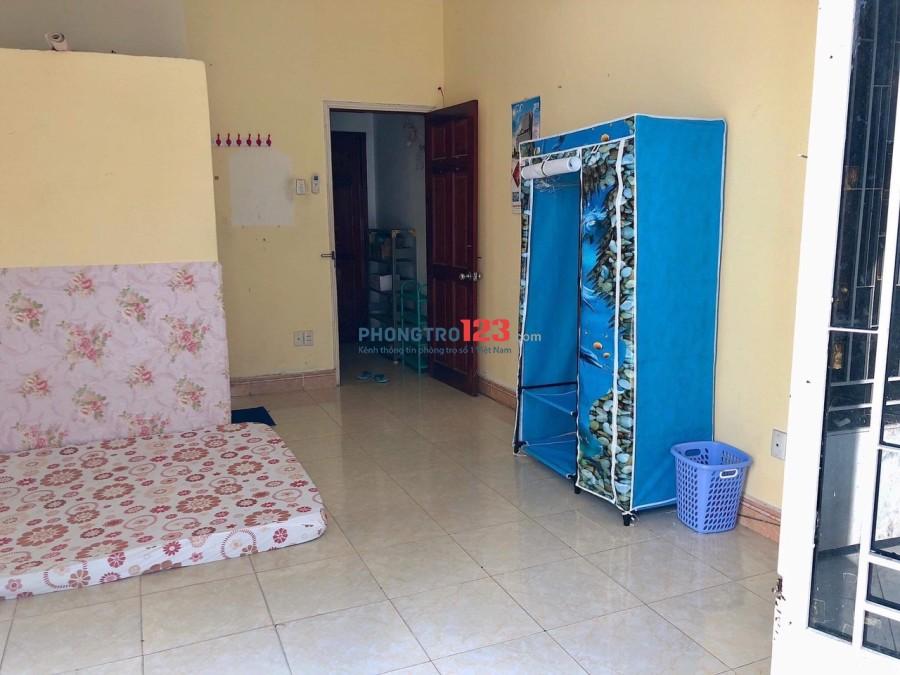 Phòng máy lạnh, tủ lạnh, wc cao cấp, cây xanh, hồ nước giữa ttQ1