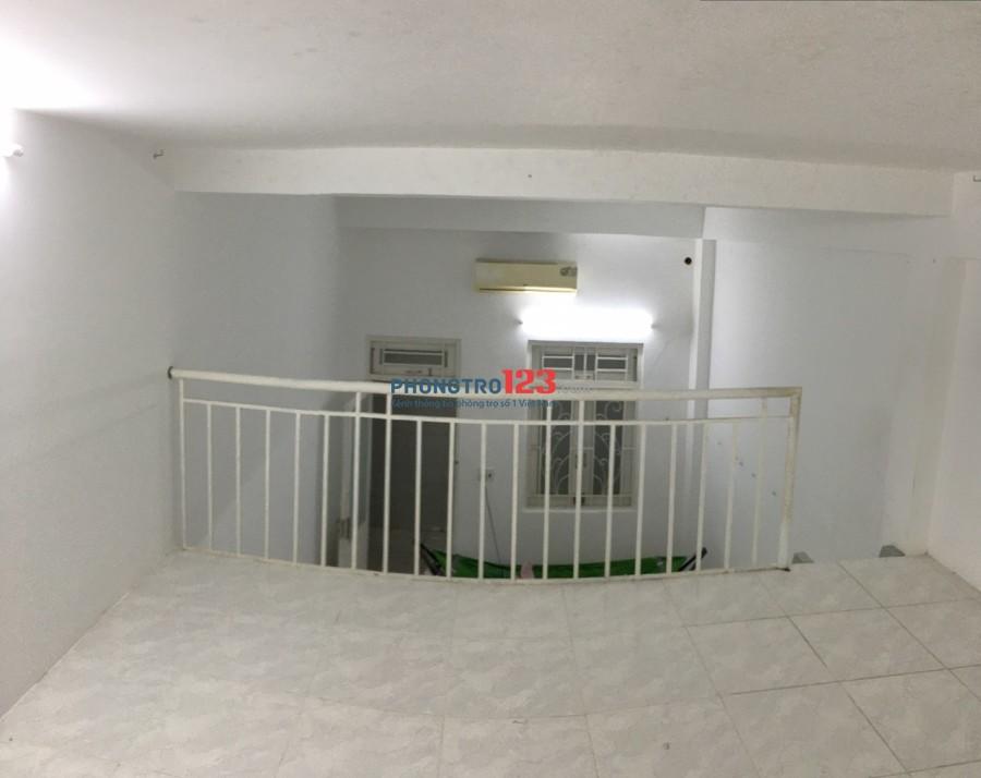 Phòng rộng 30m2, sạch sẽ, máy lạnh, ban công thông thoáng, giờ tự do, gần cầu Phú Mỹ, Big C, KCX tân Thuận Quận 7
