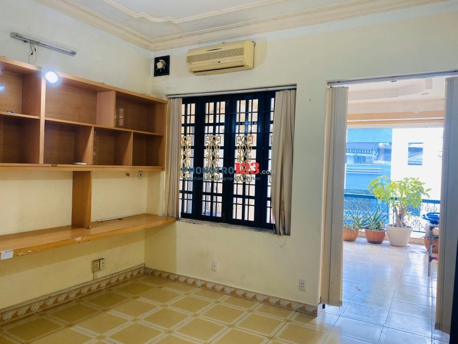 Cho thuê phòng trọ 45m2 có ban công sân vườn siêu rộng. Lý Văn Phức, Quận 1, giá 5tr/tháng