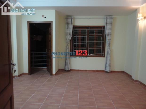 Cho thuê phòng trọ 28m2 ngõ 381 Nguyễn Khang, giờ giấc tự do