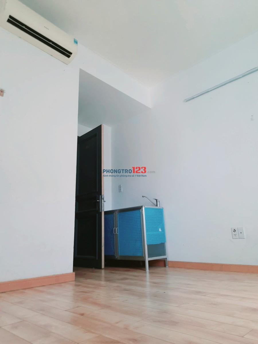 Phòng BAN CÔNG, sàn gỗ, máy lạnh, WC trong phòng- gần chợ Tân Mỹ, Q.7