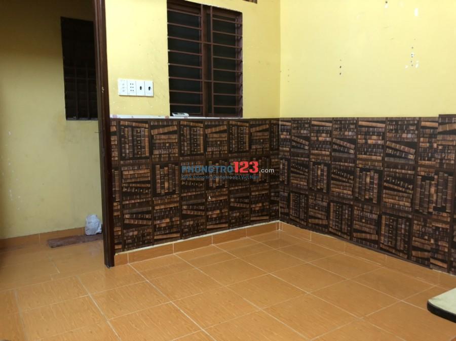 Phòng máy lạnh, toilet trong phòng ở Lê Văn Sỹ