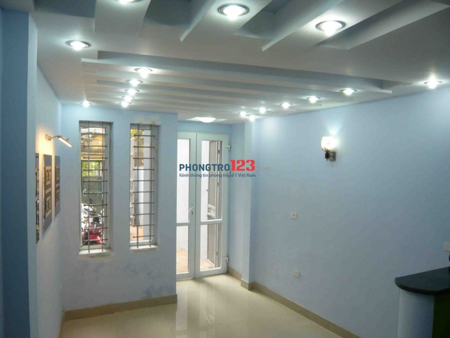 Cho thuê nhà trong ngõ phố Minh Khai 4,5 tầng x 30 m2, TDT 125 m2 có sân