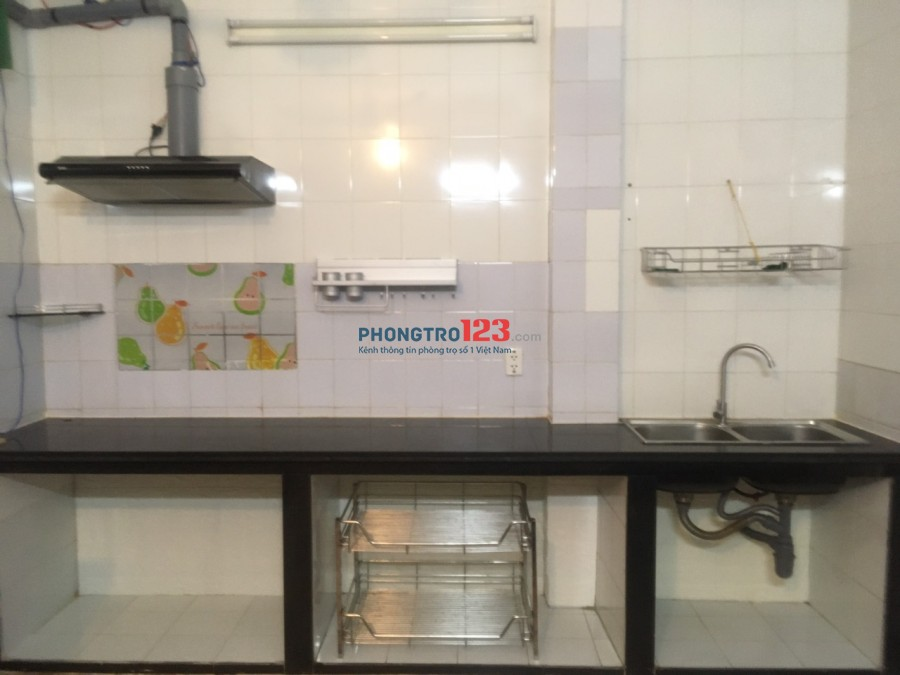 Phòng có bếp, WC riêng, đủ tiện nghi ngay cv Đầm Sen Q11