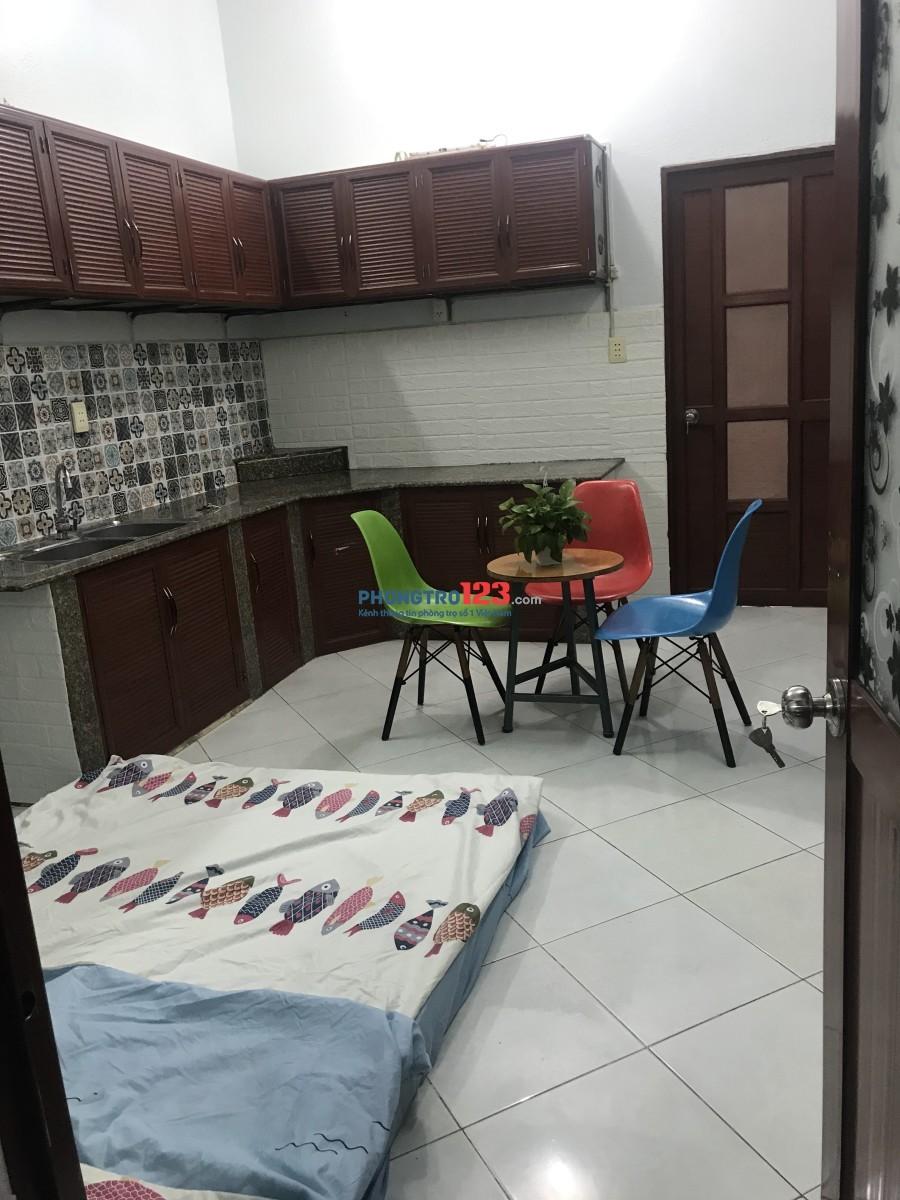 230/31 Phan Văn Trị, Phòng lớn thông 2 mặt hẻm, tầng trệt, 2 phòng bên trong, có sân riêng, không chung chủ.