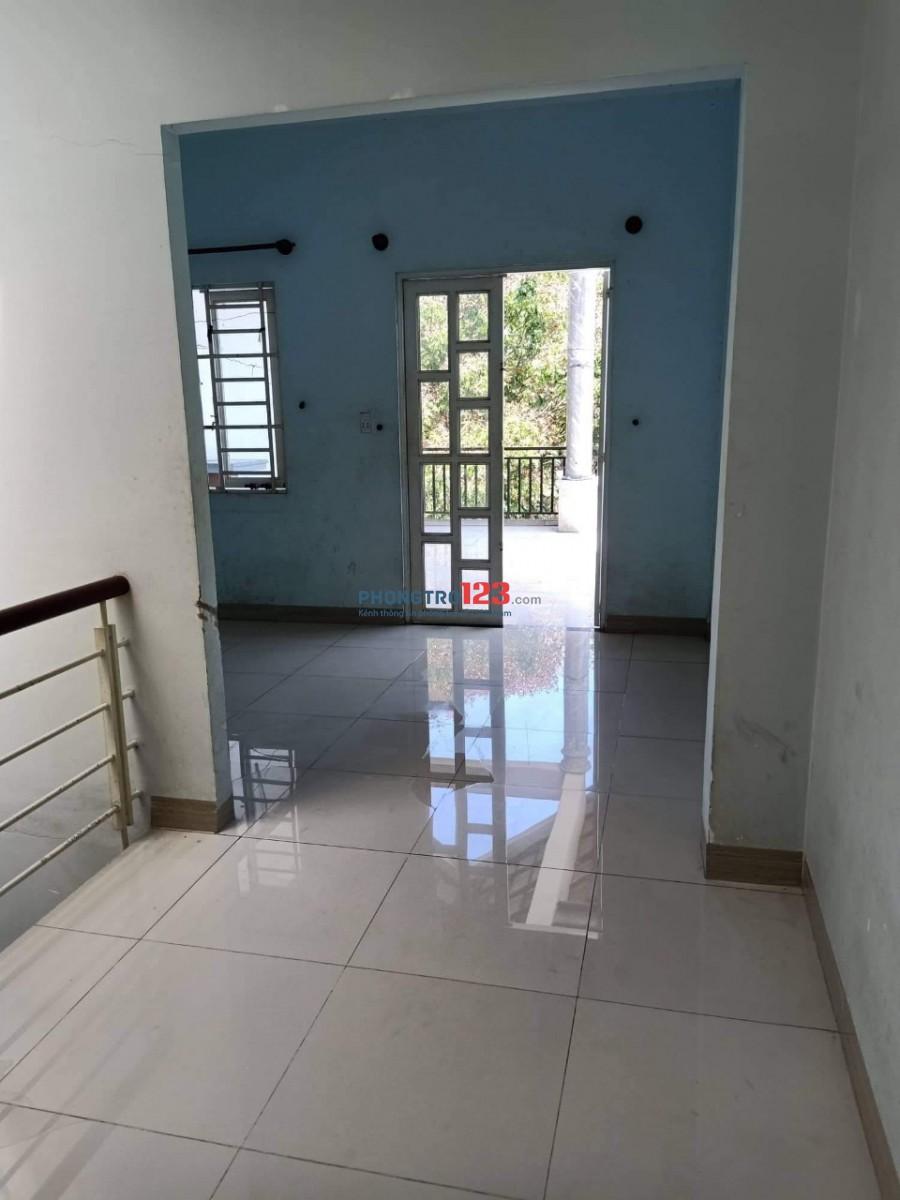 Cho thuê nhà mặt tiền 1 trệt 2 lầu 3pn tại số 42 Đường 4C, P.Linh Xuân, Q.Thủ Đức. Giá 10tr/th