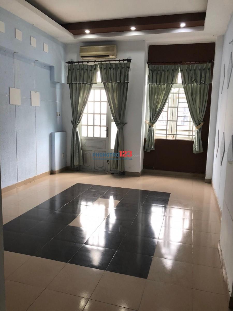 Phòng cho thuê rộng sạch thoáng mát, có ban công, khu an ninh yên tĩnh.