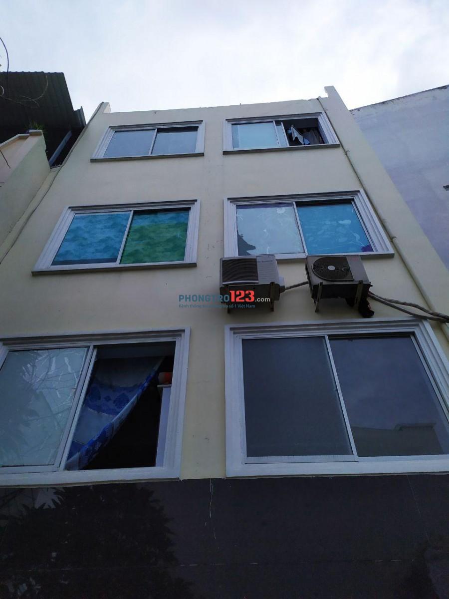 Phòng có Cửa sổ lớn, máy lạnh, toilet riêng. Nhà có thang máy, hầm xe. Máy giặt chung và khu phơi. An ninh 24/7.