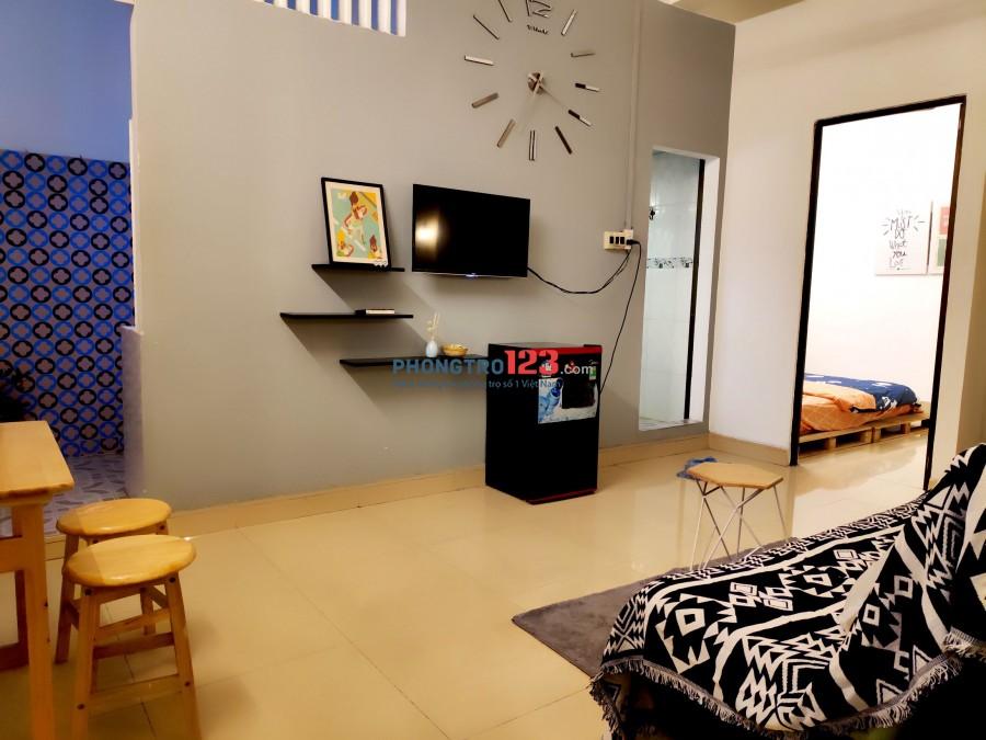 Cho thuê căn hộ ngay mặt tiền đường, có nội thất cơ bản tại Quận 1