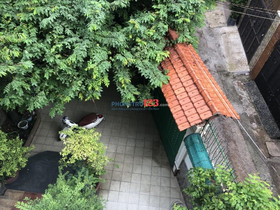 Căn hộ nằm trong biệt thự sang trong, mát mẽ xung quanh là cây xanh