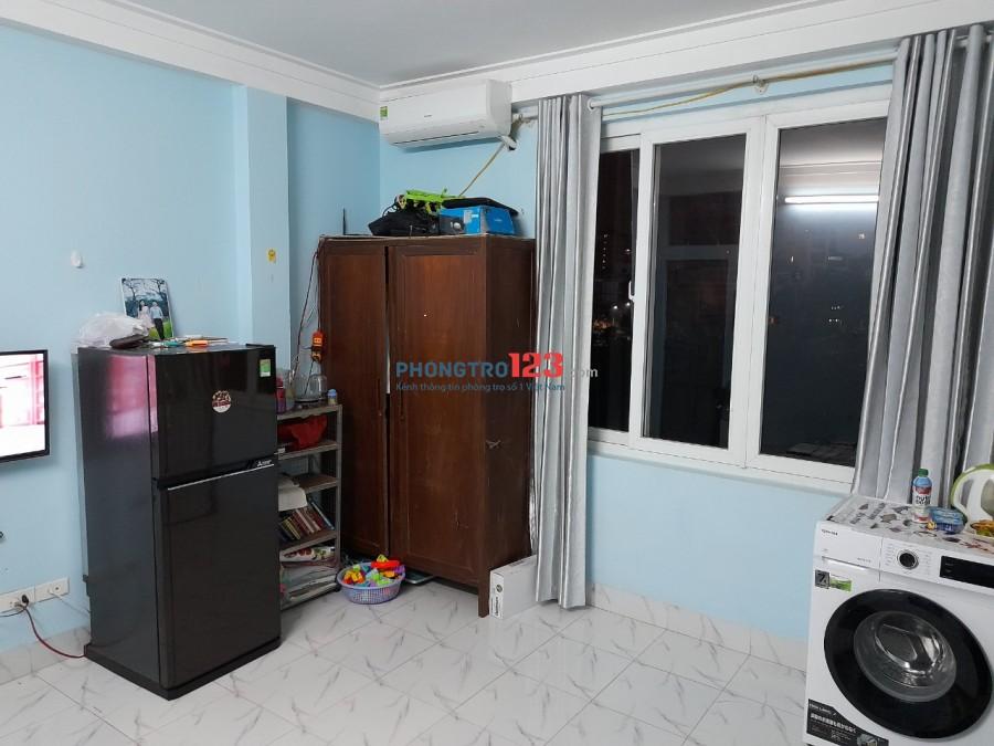 Phòng trọ 20m2 ở Hoàng Quốc Việt có đầy đủ nước nóng lạnh, điều hòa, bếp,..