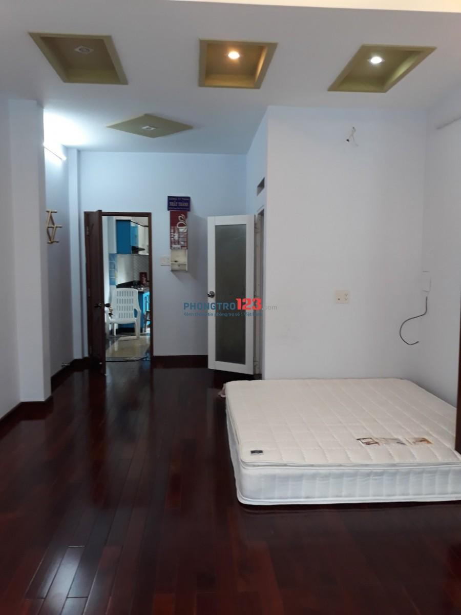 Chính chủ cho thuê phòng lầu 1 đầy đủ nội thất 50m2 ngay chợ Bình Tiên Q6