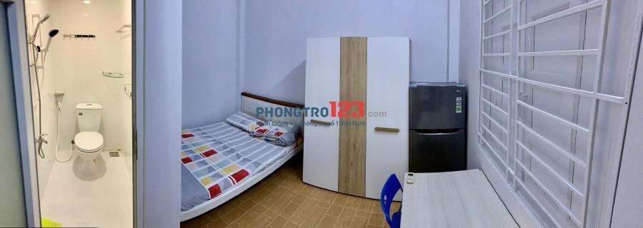 Cho thuê phòng, Có giường đệm, máy lạnh, tủ lạnh, tủ áo, bàn ghế, WC trong phòng có máy nước nóng, giờ tự do