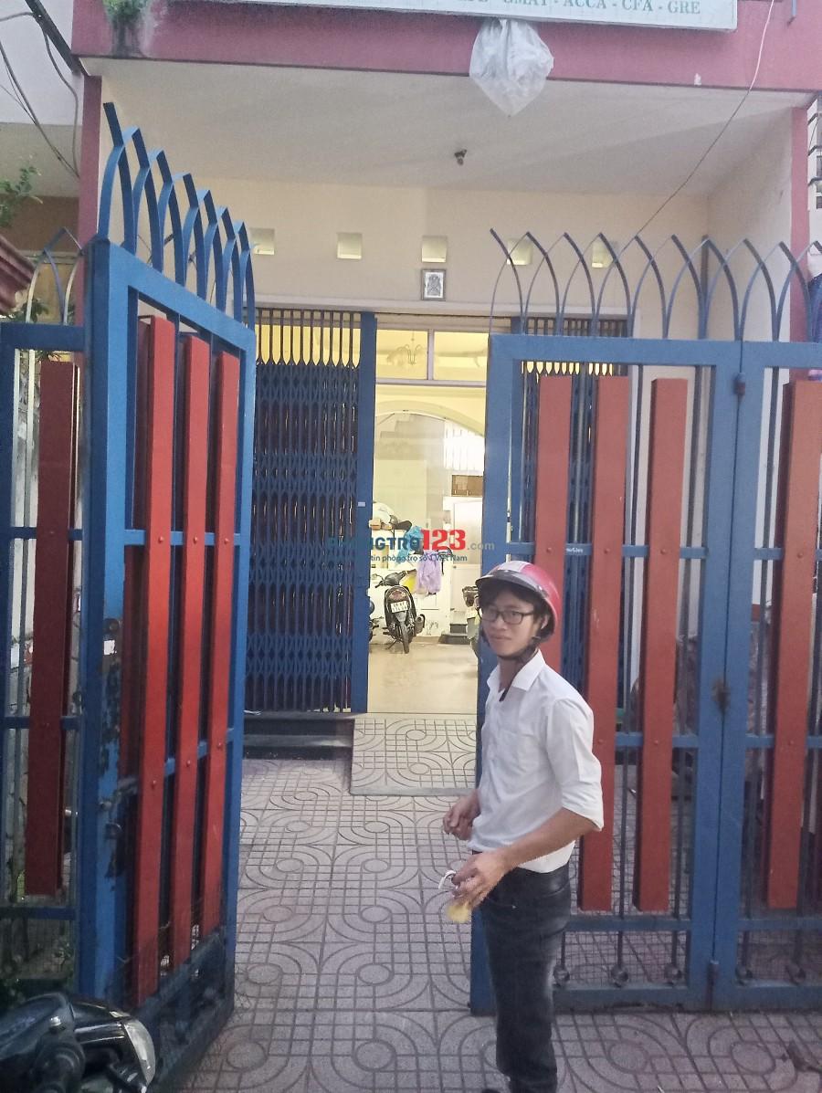 Phòng tầng trệt rộng, có sẵn 1 số đồ dùng gần Phạm Văn Đồng