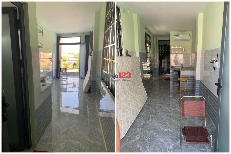 Phòng mới, đã trang bị sẵn máy lạnh, nội thất, có ban công thoáng mát