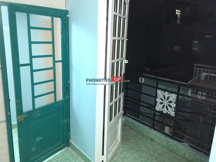 Cho thuê phòng trọ 6m2 ban công riêng, WC chung sạch sẽ ở lầu 2 tại hẻm Hoàng Diệu Q4 giá chỉ 1tr5