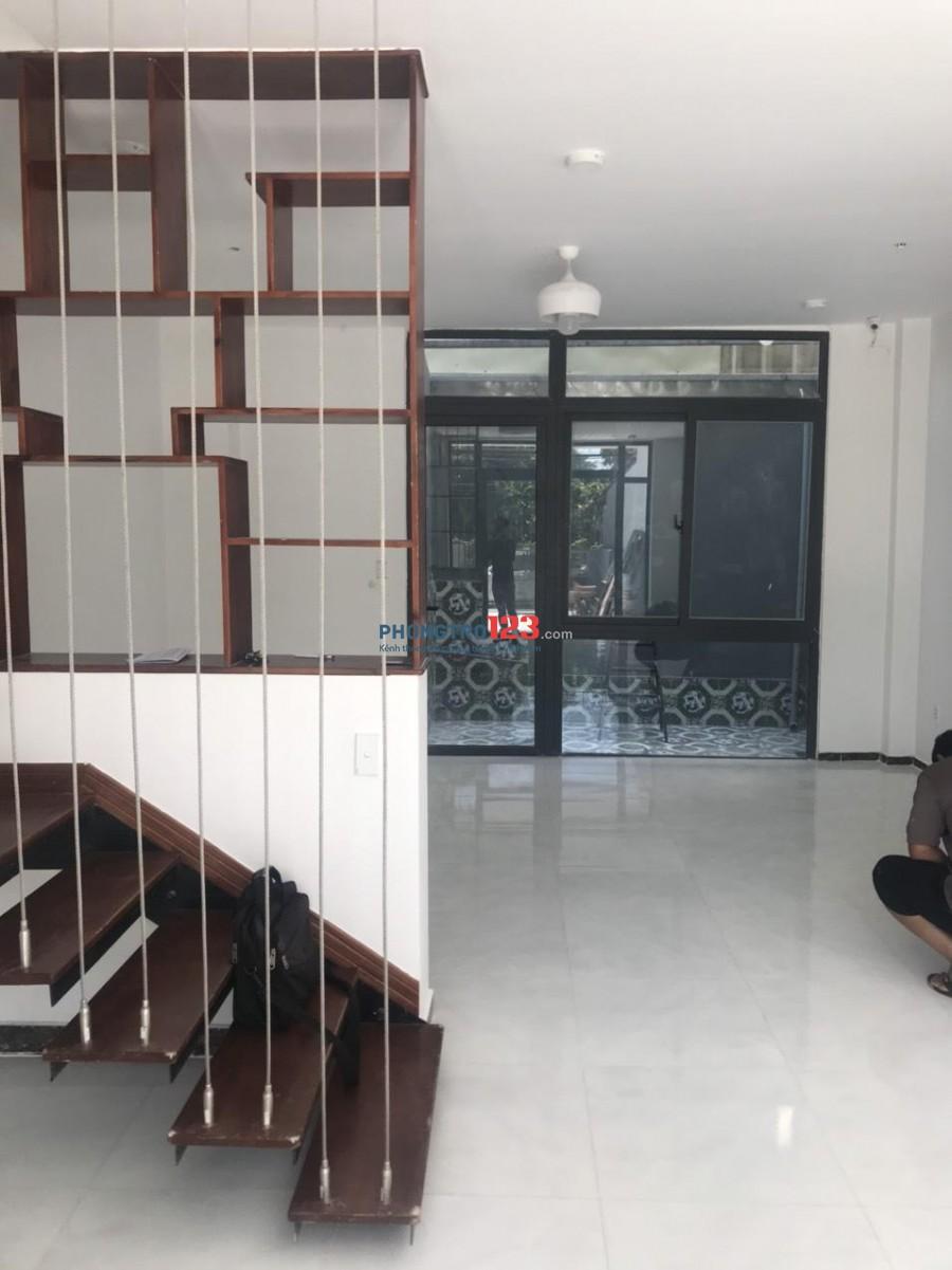 Cho thuê nhà mặt tiền, nguyên căn: 1 trệt, 2 lầu, 1 sân thượng (11 triệu/tháng)