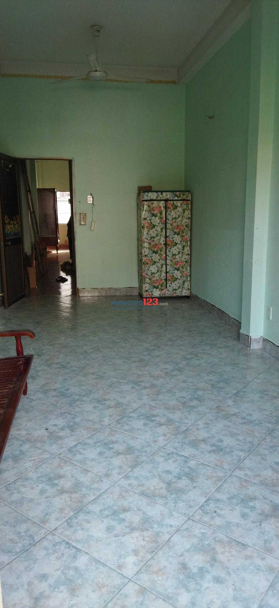 Phòng trọ rộng thoáng mát có ban công nhìn ra đường