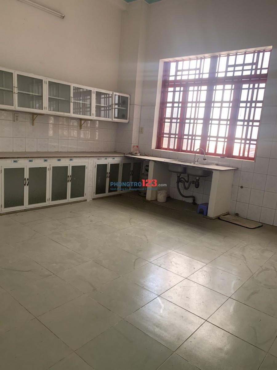 Phòng 20 – 30m2 cửa sổ ban công máy lạnh gần Ngã Tư Chiêu Liêu