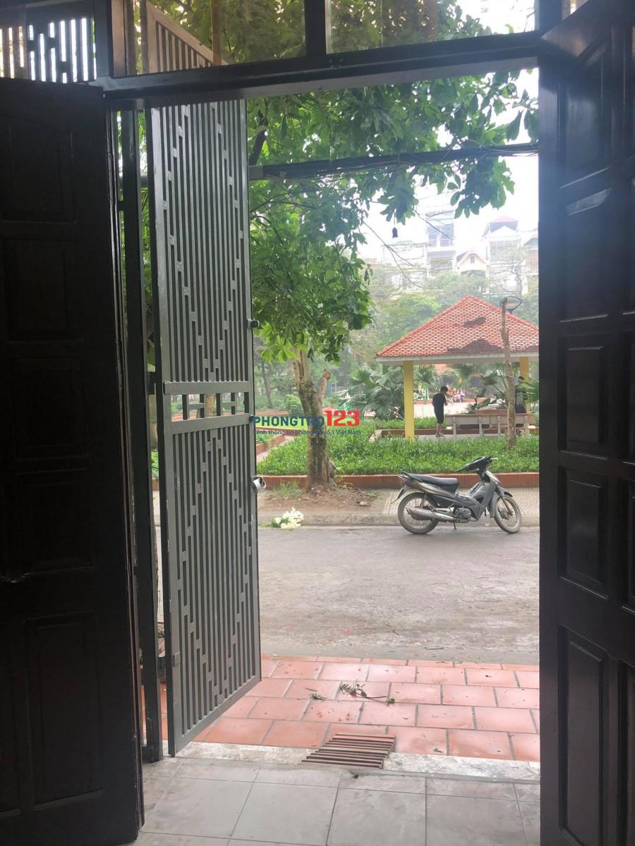 Cho thuê nhà 2 tầng mặt vườn hoa Đền Lừ 40m2 ô tô tránh nhau
