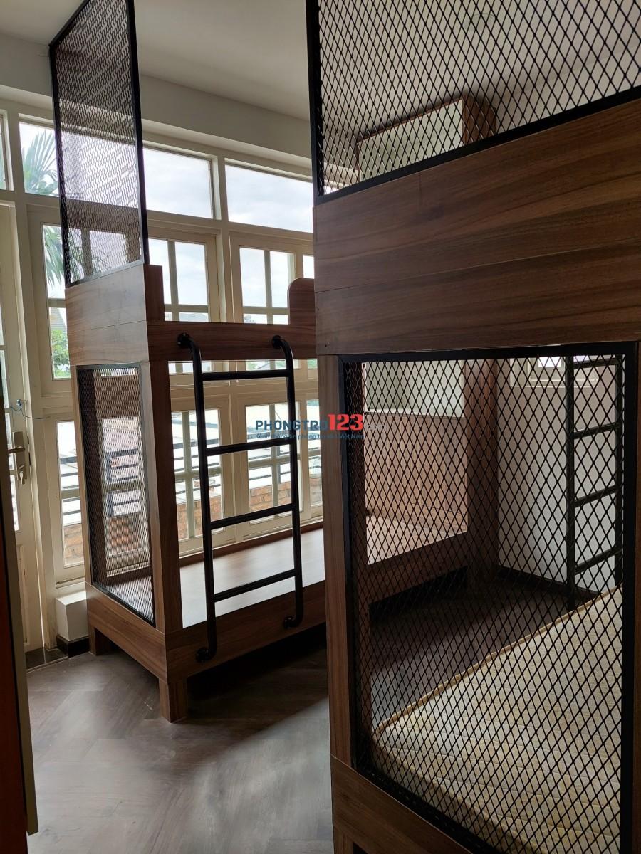 Phòng 4 người có máy lạnh, ở biệt thự, đủ tiện nghi. Tất cả chỉ với 2,200,000/ tháng/người